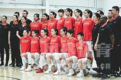 中国女篮与WNBA球队热身赛 双方合影关系融洽