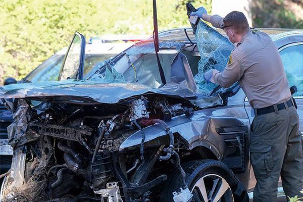 伍兹在一次车祸中严重超速!把油门错当成刹车了