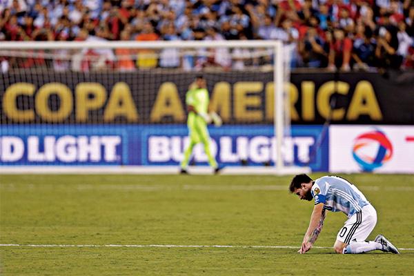 梅西美洲杯踢飞点球图片 梅西美洲杯踢飞点球瞬间