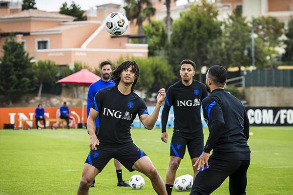 荷兰队备战欧洲杯 无冕之王战力十足