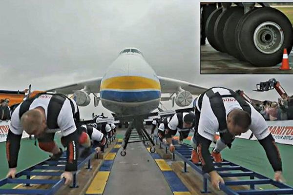 8名乌克兰运动员拖动世界最大飞机!