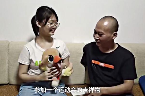 残奥冠军给考上清华女儿送丑小鸭