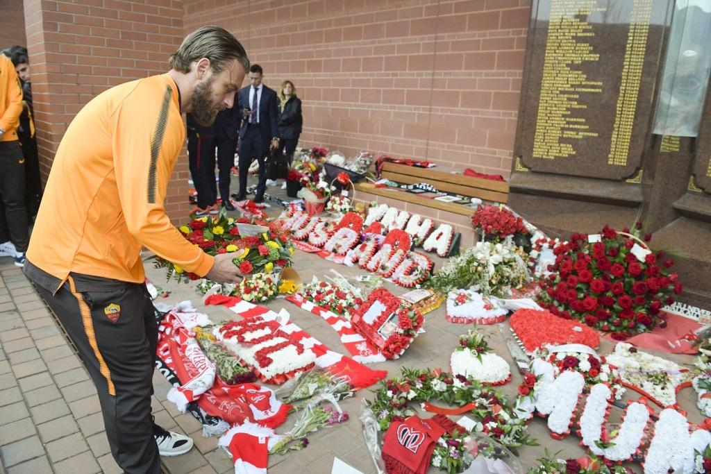 欧冠:罗马抵达利物浦 全队悼念希斯堡惨案去世球迷