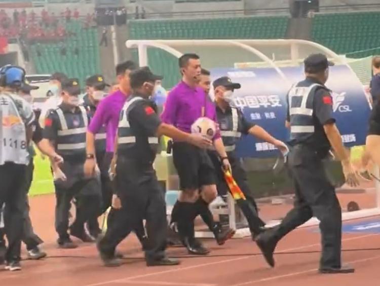重庆3-2河南赛后 值班裁判在保安护送下离开球场