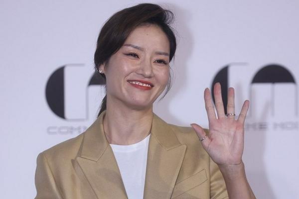 李娜现身上海时装周 展迷人微笑