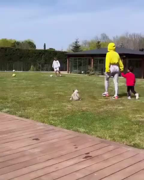 小哥俩也挺好!乔治娜带迷你罗与马塞洛儿子一起踢球