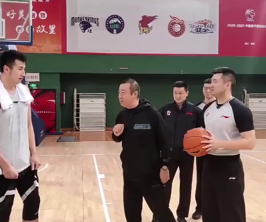 杨茂功给球员示范:这种情况下,打脸不犯规
