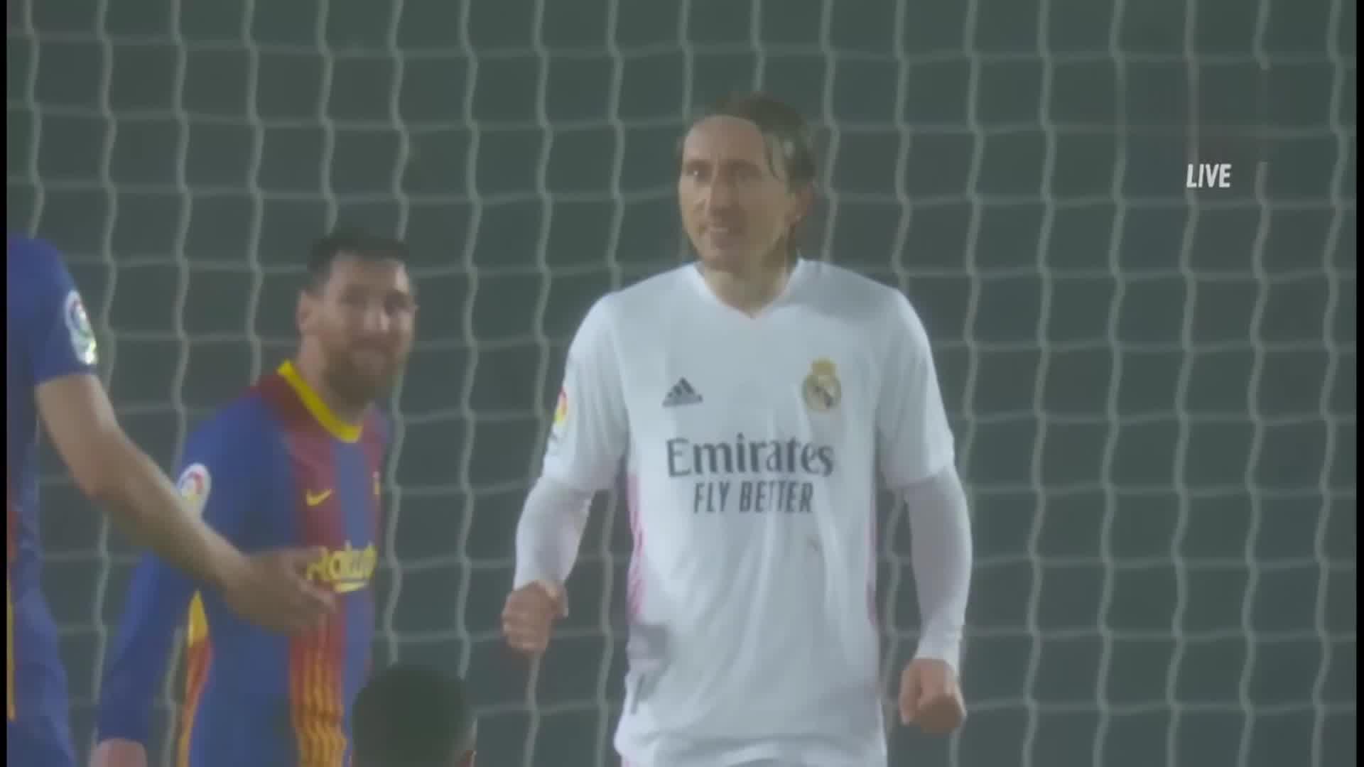 莫德里奇振臂庆祝胜利 梅西入镜成背景板