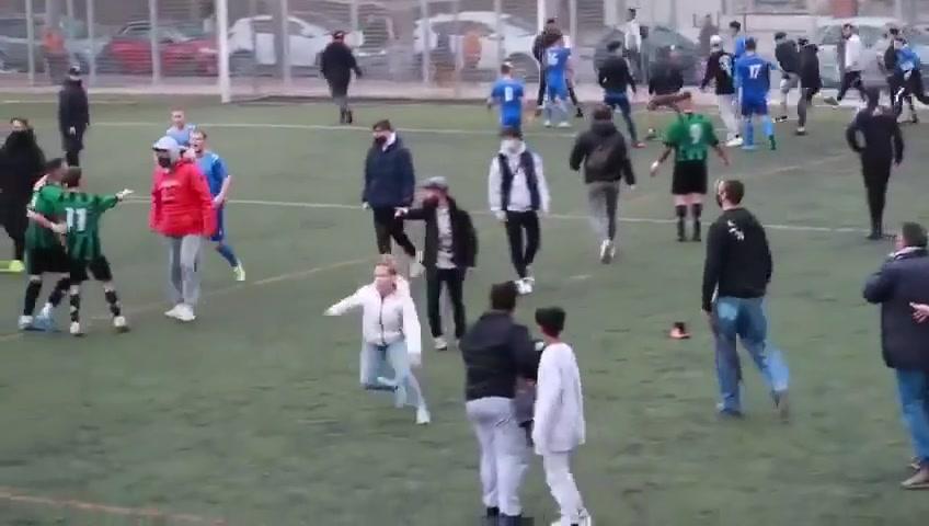 混乱!加泰罗尼亚地区联赛球迷闯入场内干架
