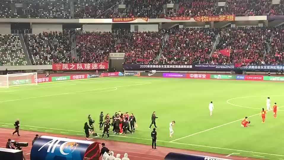 怎能不泪流满面?!中国球迷赛后万人合唱《怒放的生命》