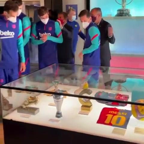 梅西、科曼和拉波尔塔共同将国王杯奖杯放入巴萨博物馆