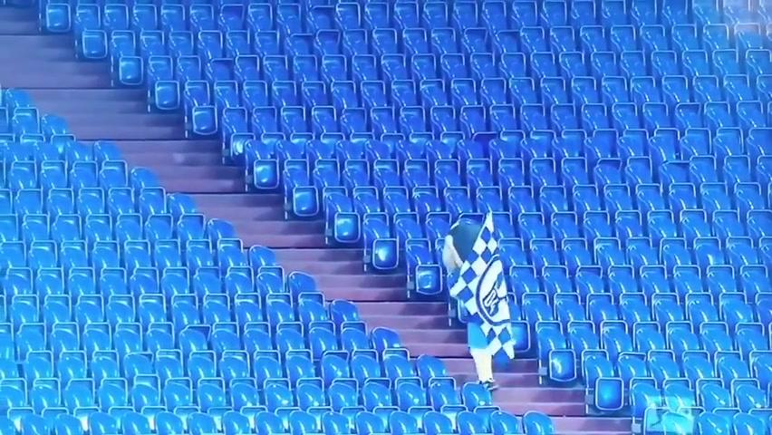 赛季悲情时刻!沙尔克吉祥物在空无一人的看台上独自行走