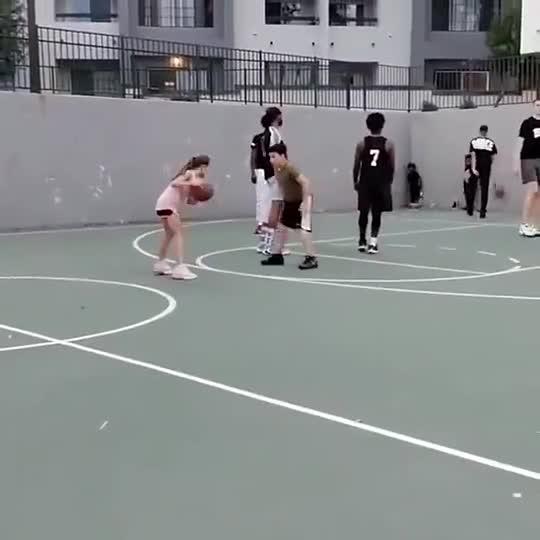 模仿帝在一旁都看嗨了!美国小女孩运球戏耍同龄小男孩