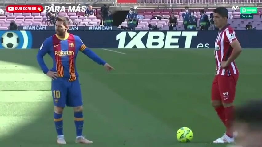 裁判你管管他鸭!梅西捣乱苏亚雷斯罚任意球