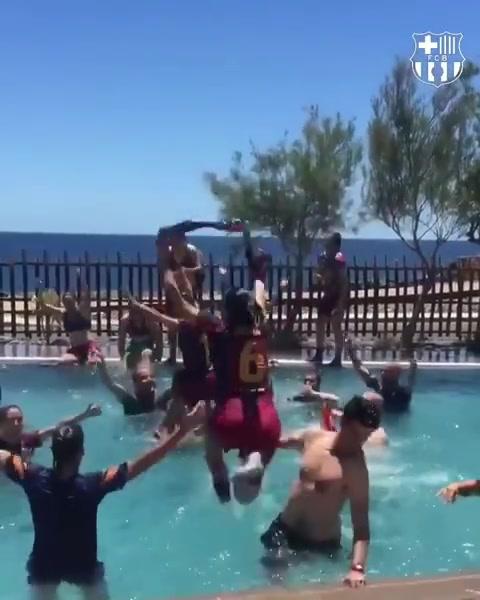 巴萨女足泳池疯狂庆祝夺得联赛冠军