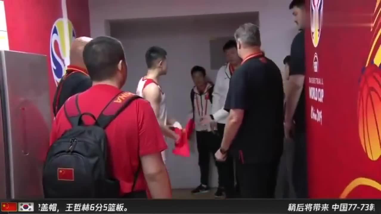 方硕在更衣室抱怨裁判吹罚 姚明一旁劝导:全靠自己!