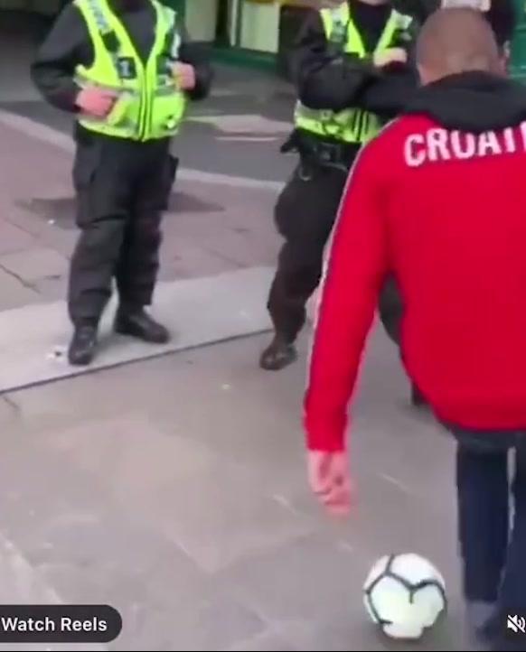 逃过一劫!克罗地亚球迷街头大战英国警察