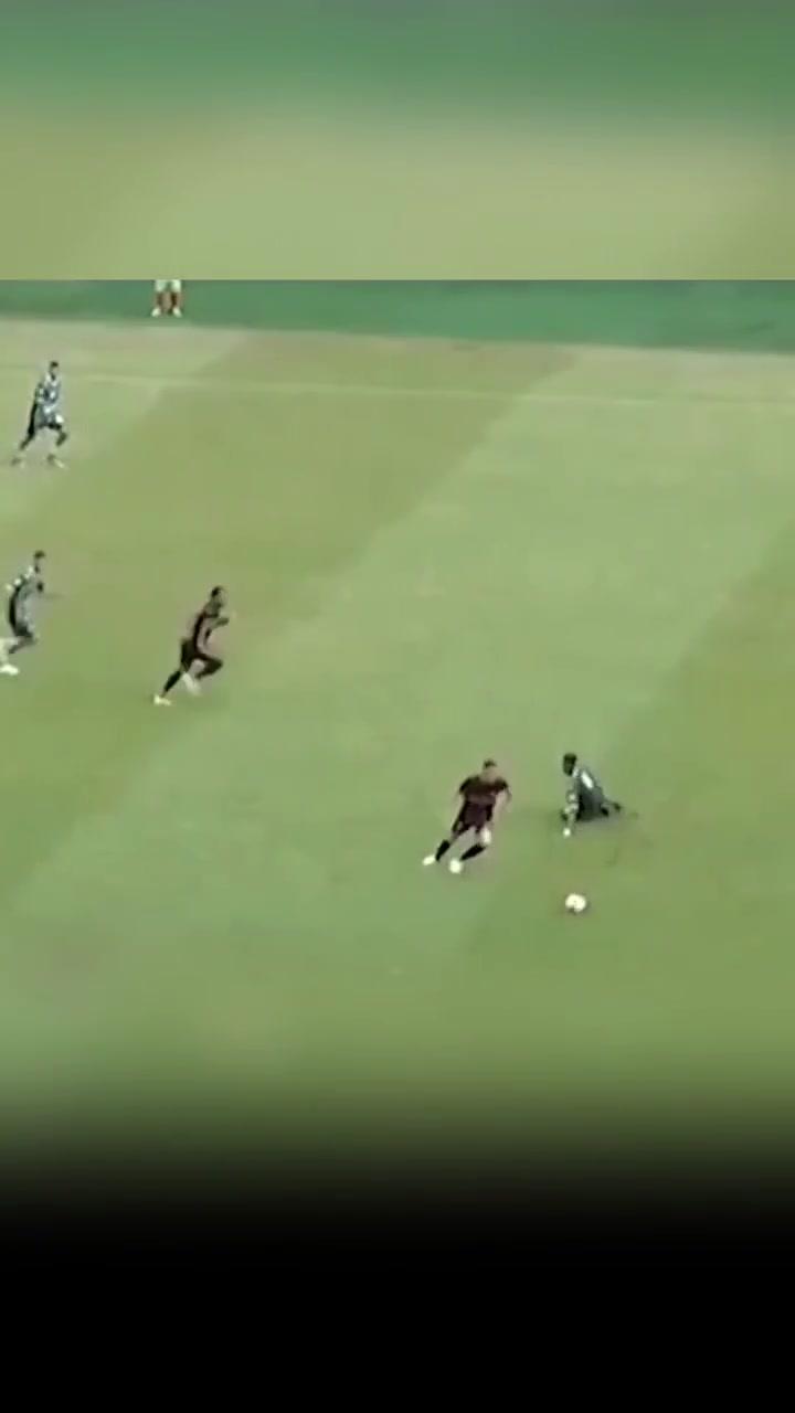 世界波太多!巴西州联赛球员未过半场超远吊射