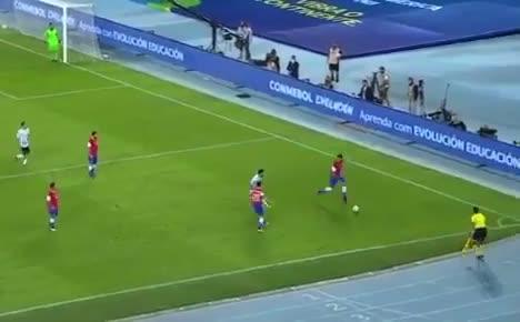 智利球员用油炸丸子招式过掉梅西