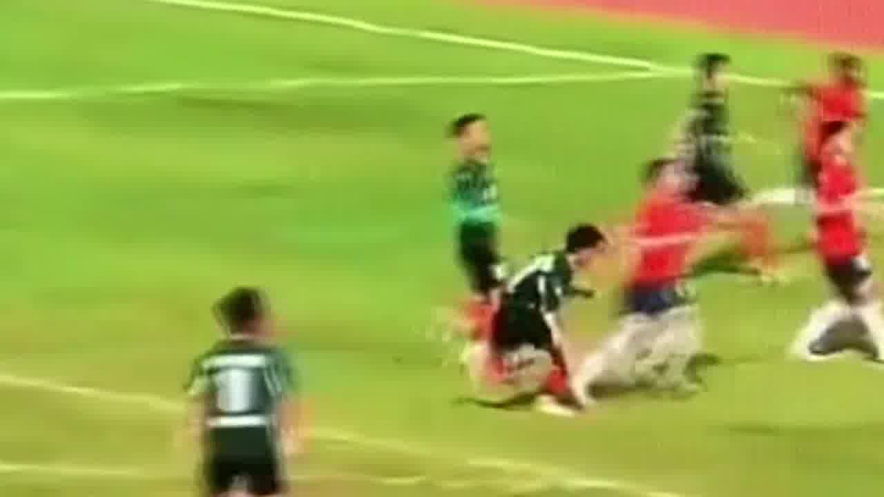 恶劣!广西足球联赛惊现恶意肘击伤人