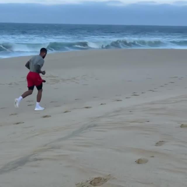 为奥运操练起来?利拉德海边跑步