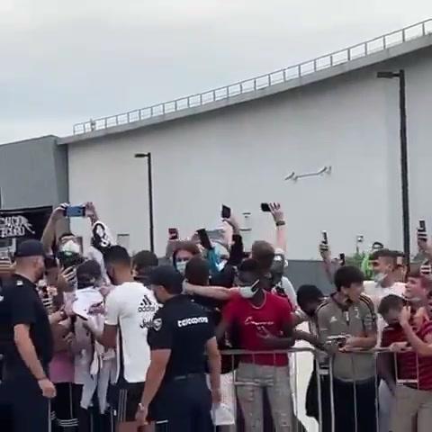C罗抵达尤文训练基地给热情球迷签名