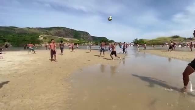 这沙滩足球水平让一些职业球员也会汗颜