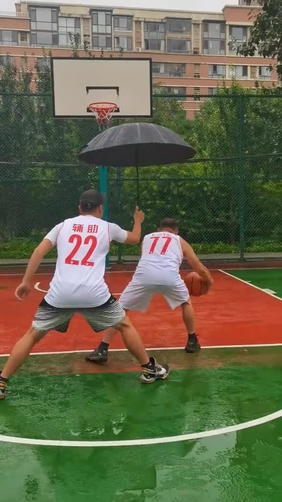 好家伙还可以这样!下雨天打球必备人员
