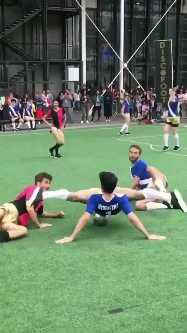 好骚啊!当足球比赛和舞蹈结合在一起