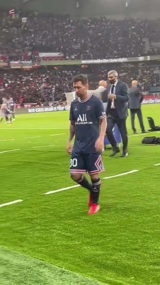 现场球迷近距离实拍梅西被换下