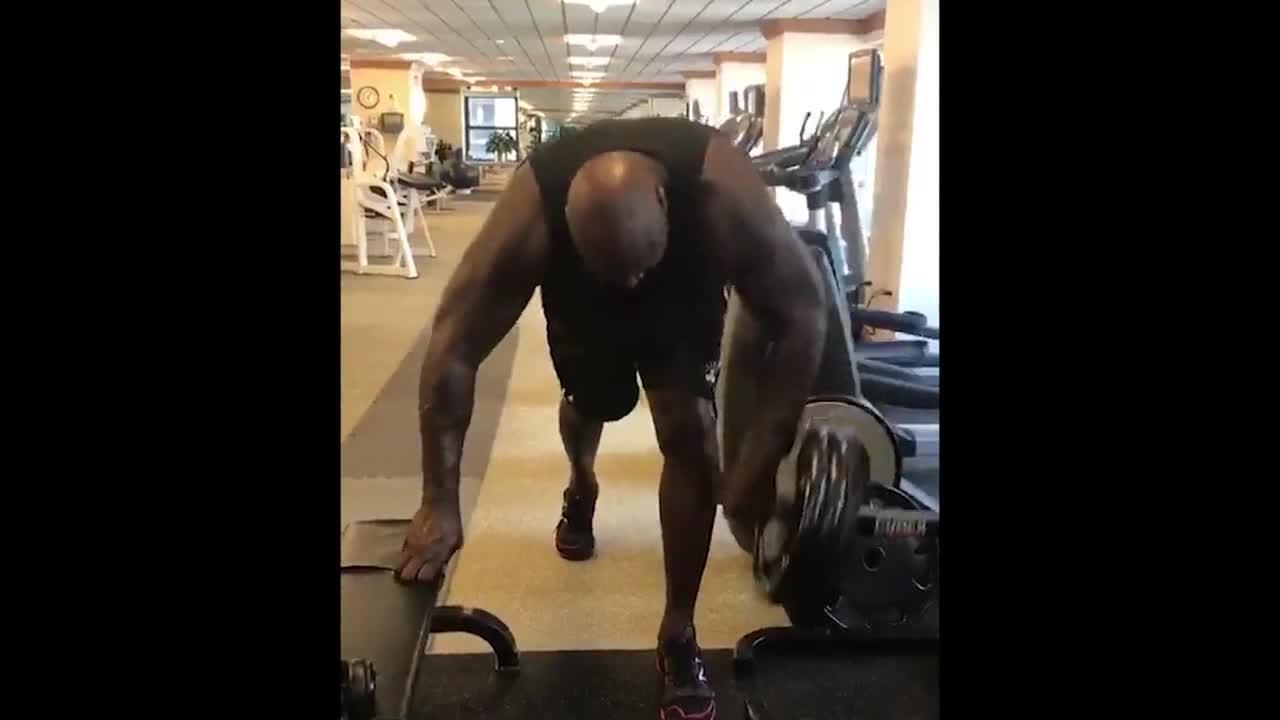 奥胖在健身房训练依然不忘耍宝 年近50岁这肌肉什么水平?