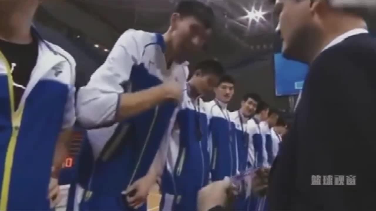 当姚明为冠军辽宁男篮颁奖时 周琦和郭艾伦小心机被秒识破