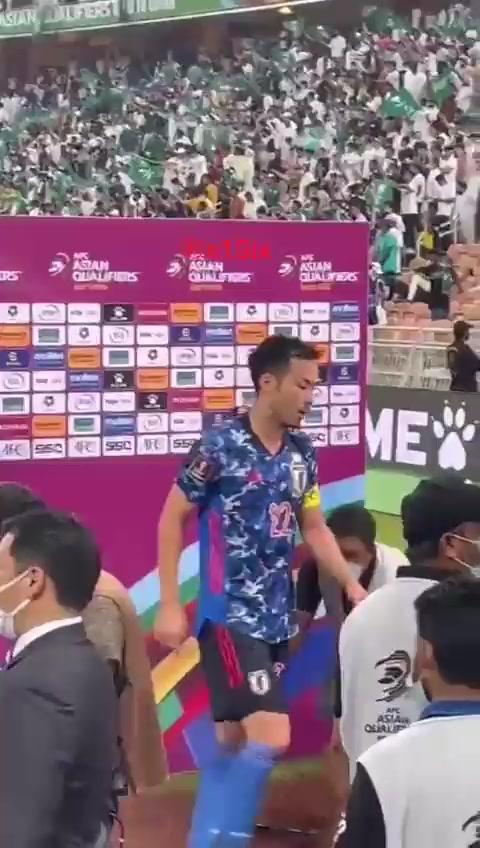 他急了!吉田麻也赛后采访被沙特球迷嘲讽挑衅