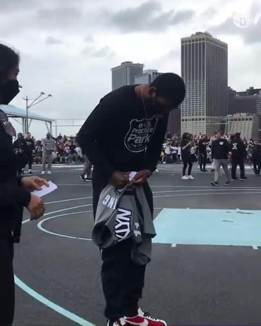 暖心!欧文送亲笔签名球衣给观看篮网训练的小球迷
