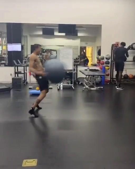 汉普顿和安东尼上演健身球大战
