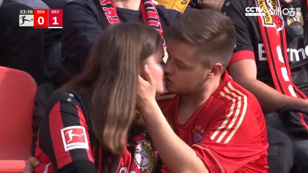 莱万进球!拜仁男球迷亲吻安慰药厂女球迷
