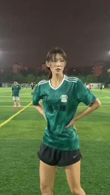 哪里的场地有这样的热爱足球的长腿小姐姐