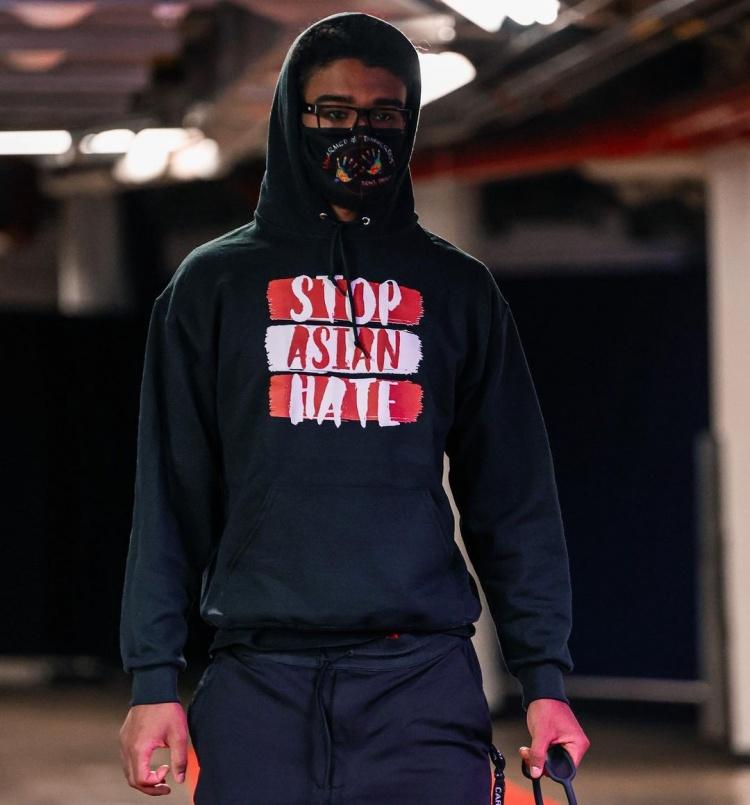 怀特的上半身阻止亚洲歧视帽衫:一些运动降温 并希望它继续活跃