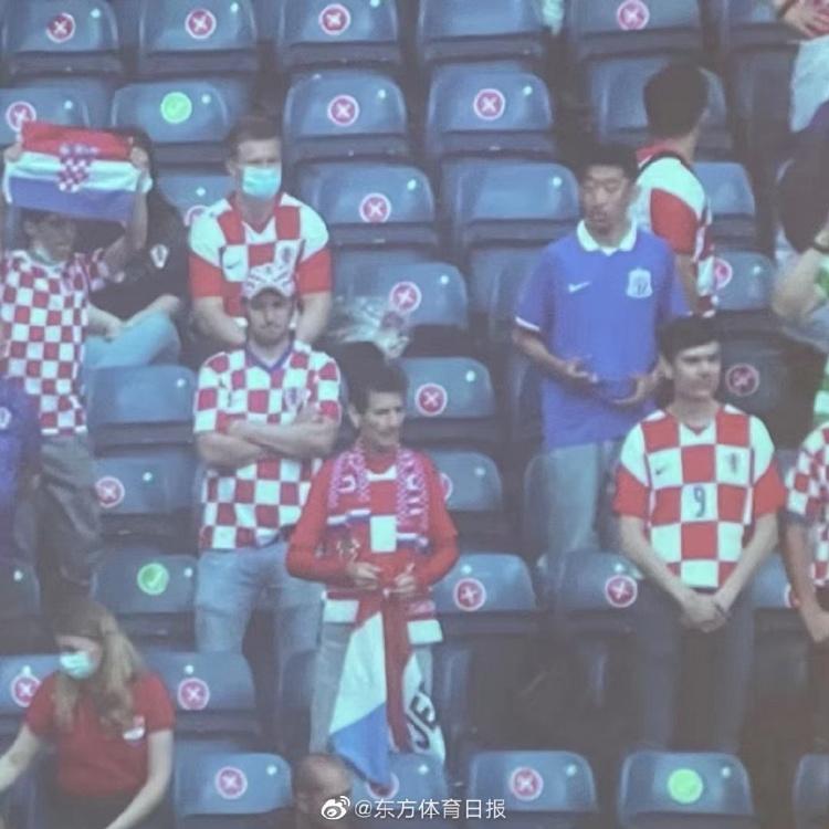 克罗地亚1-1捷克站在球迷身穿申花球衣 看起来像朱