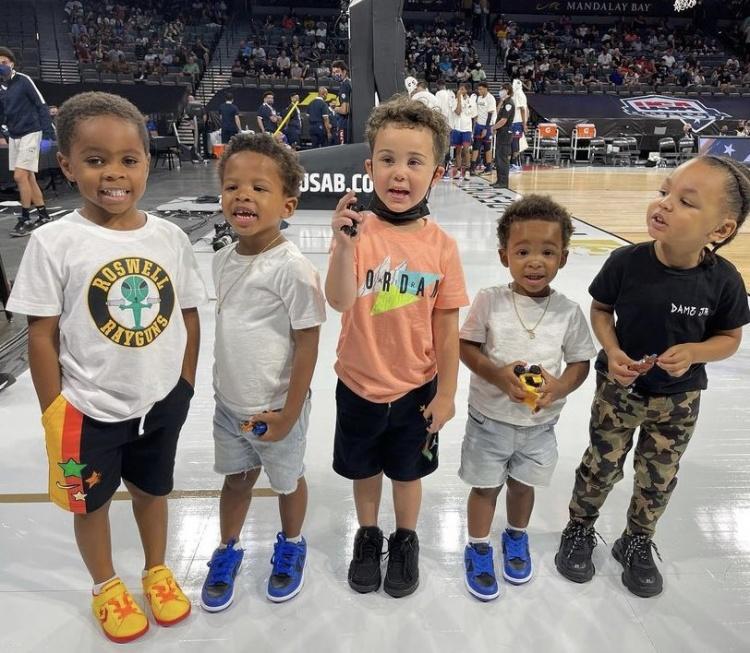 美媒晒美国男篮球员儿子评论现场:雷霆未来将打响五虎