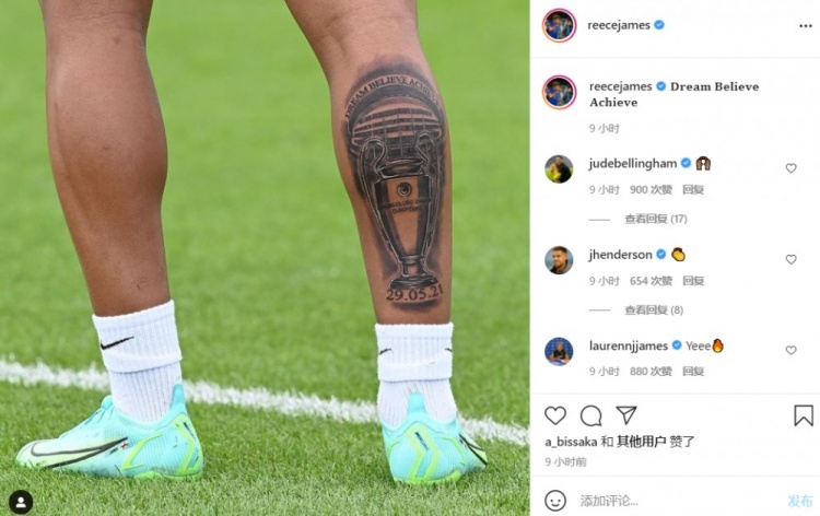 冠军印章!切尔西边锋里斯·詹姆斯晒着太阳 把欧冠奖杯写在小腿上