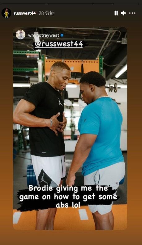 威少弟弟晒与威少一起健身:我哥今天教我练腹肌