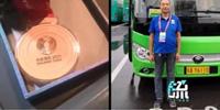 """司机捡到全运会金牌误以为是月饼 这可能是""""史上最硬的月饼了"""