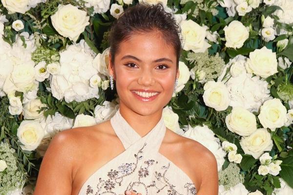 拉杜卡努现身伦敦时尚周活动 一袭米白色裙子气质优雅