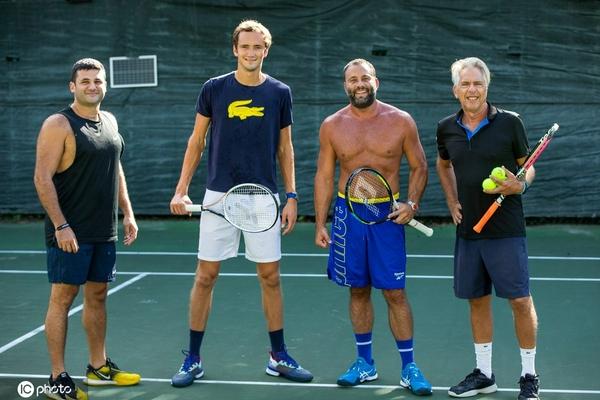 梅德韦杰夫亮相网球场 传授企业大亨格鲁特曼网球技巧