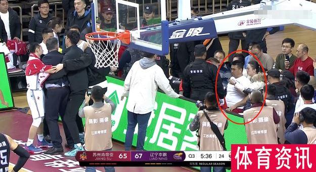 江苏教练与球迷发生冲突 被开除停赛