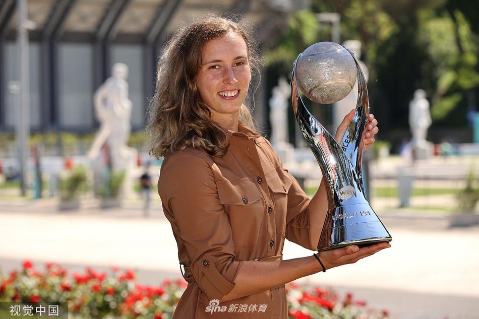 梅尔滕斯领取女双世界第一奖杯