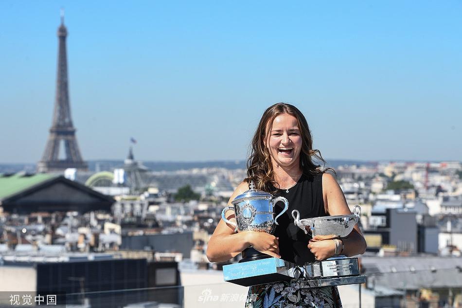 克雷吉茨科娃手捧两座法网奖杯拍摄写真