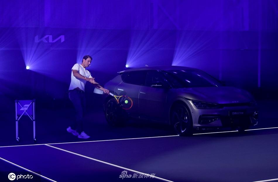 网球天王拉法-纳达尔新车旁打起网球彰显巨星风范