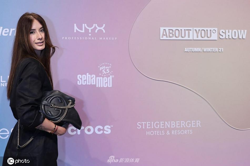 网球名将兹维列夫前女友帕蒂亚出席柏林时装周 一身黑装美丽大方